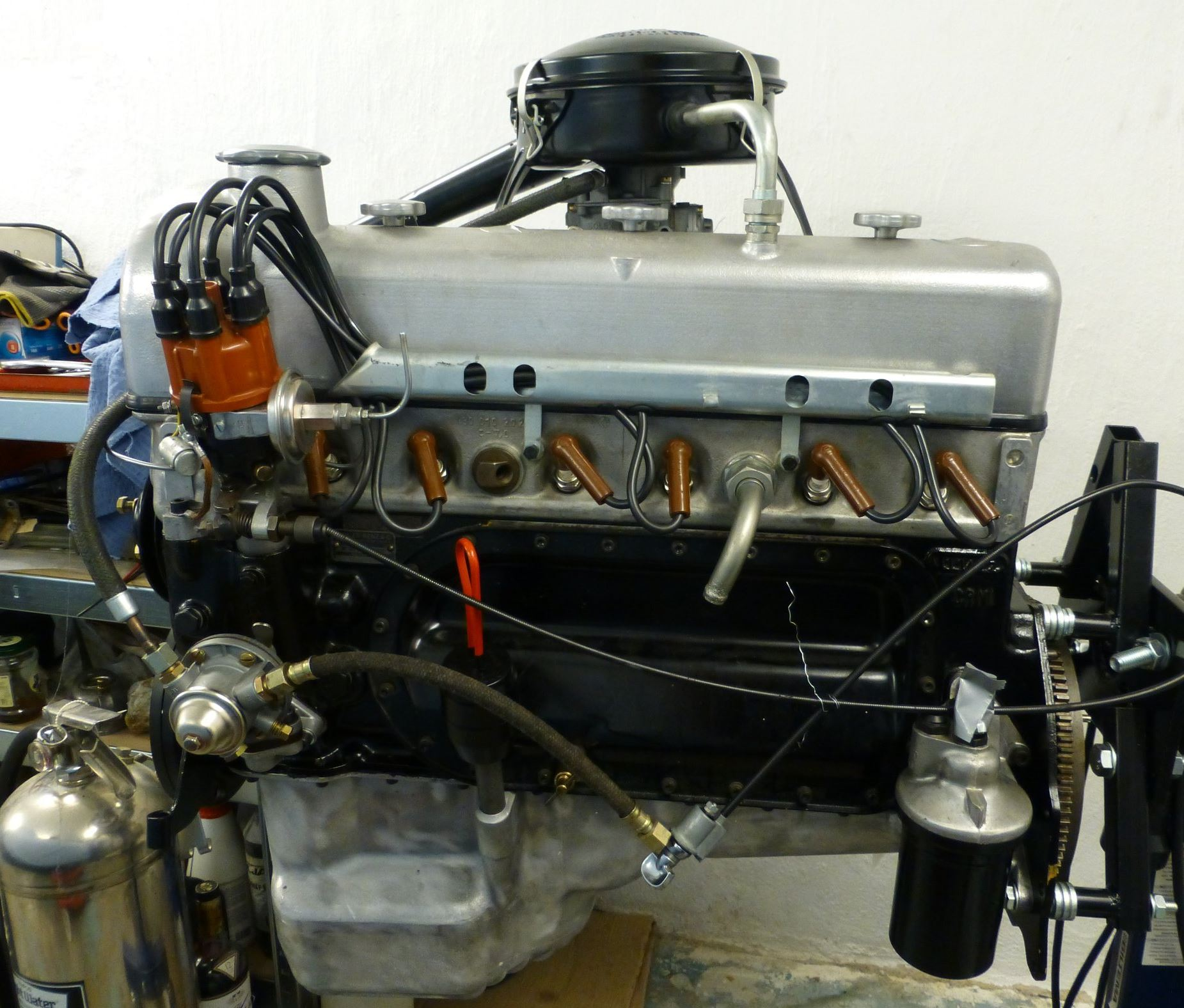M 180 II engine with distributor and ignition cables