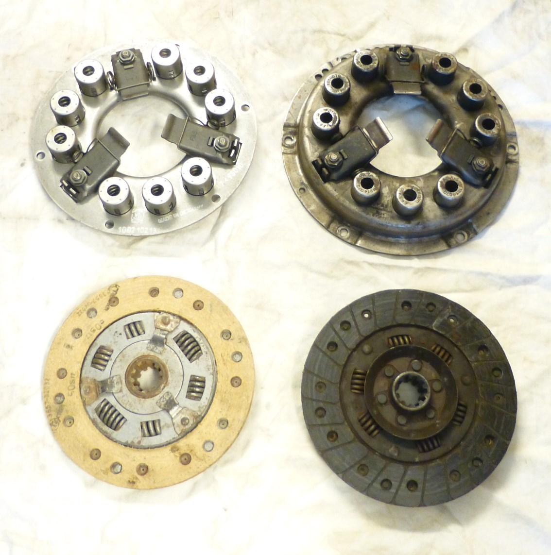 The two versions of the Mercedes Ponton clutch; cylindrical centering and dowel pin centering